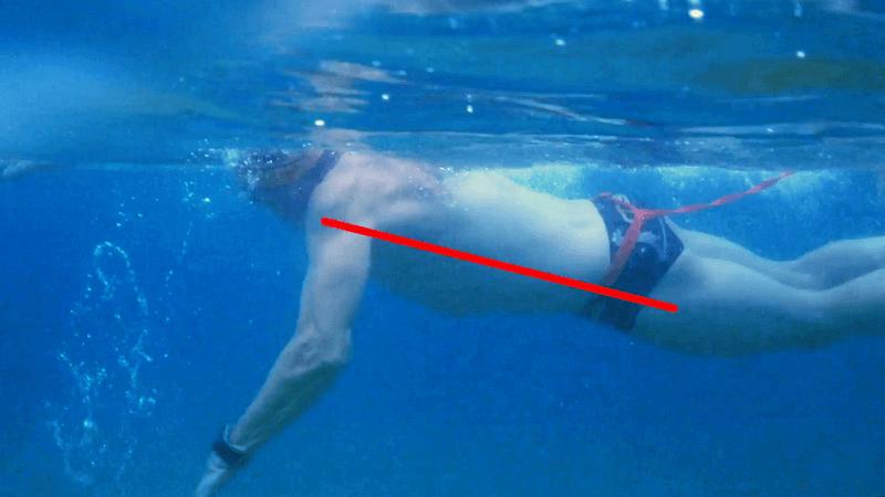 Se me hunden las piernas cuando nado